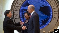 Jaksa Agung Loretta Lynch (tengah) dan Menteri Keamanan Dalam Negeri Jeh Johnson (kanan), menyambut Dewan Negara China Guo Shengkun di Departemen Kehakiman AS di Washington DC (1/12).