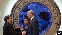 궈성쿤(왼쪽) 중국 공안부장이 지난해 12월 미국을 방문 당시 로레타 린치(가운데) 미국 법무부 장관, 제이 존슨 국토안보부 장관과 악수하고 있다. (자료사진)