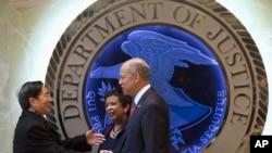 美国司法部长林奇(中)以及国土安全部部长约翰逊(右)欢迎中国公安部部长郭声琨(左)参观美国司法部 (2015年12月1日)