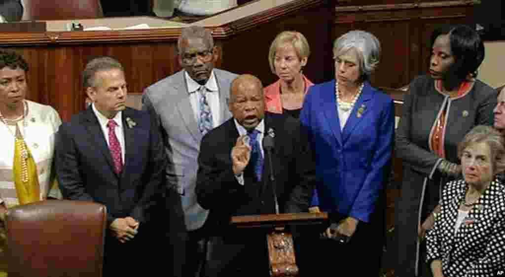 John Lewis (tengah) dan beberapa anggota fraksi Partai Demokrat lainnya, mewakili lebih dari 200 di DPR AS, yang menuntut pemungutan suara mengenai RUU pengawasan senjata.