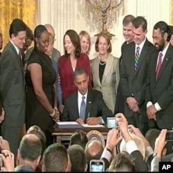 Le président Obama a apposé en public sa signature à cette mesure de soutien aux PME.