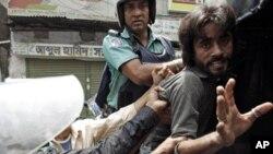 Polisi Bangladesh menahan beberapa orang demonstran opsisi yang melakukan protes di Dhaka (foto: dok).