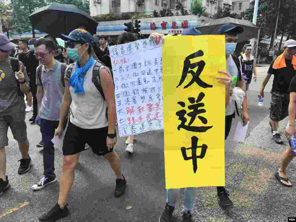 大批市民自發上街在大埔表達反送中訴求。(美國之音 湯惠芸拍攝)