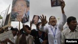 Para pendukung Mam Sonando, penyiar radio kawakan berusia 71 tahun dan aktifis hak kepemilikan tanah Kamboja, menggelar unjuk rasa di depan Pengadilan Phnom Penh (1/10).
