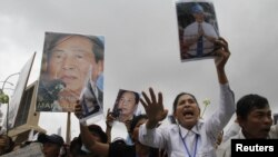 Supporters of Mam Sonando, a 71-year-old radio broadcaster and land-rights campaigner for 20 years, hold a protest calling for his release near Phnom Penh Municipal Court, October 1, 2012.