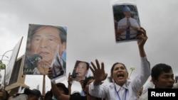 Dân Campuchia biểu tình ủng hộ ông Mam Sonado, giám đốc đài phát thanh độc lập Beehive, và là người bảo vệ quyền lợi của những thành phần nghèo khó và bị chính quyền tịch thu đất đai