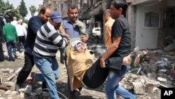 Ljudi iznose ženu povređenu u eksploziji u Rajhanliju