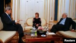 Ngoại trưởng Mỹ John Kerry, Ngoại trưởng Iran Javad Zarif (phải) và người đứng đầu chính sách đối ngoại của Liên hiệp Châu Âu Catherine Ashton họp tại Vienna, ngày 22/11/2014.