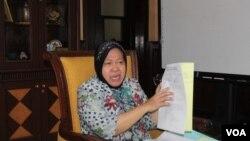 Walikota Surabaya Tri Rismaharini menunjukkan berkas warga dan pekerja lokalisasi Dolly yang bersedia mengikuti skema rehabilitasi dari Pemerintah Kota (Foto: VOA/Petrus)