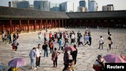 中国游客在游览韩国首尔市中心的景福宫。(2016年10月5日)