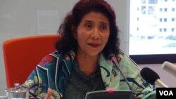 Menteri KKP Susi Pudjiastuti memberikan konferensi pers terkait insiden kapal pencuri ikan China di kantor KKP di Jakarta, Senin 21/3 (VOA/Ahadian).
