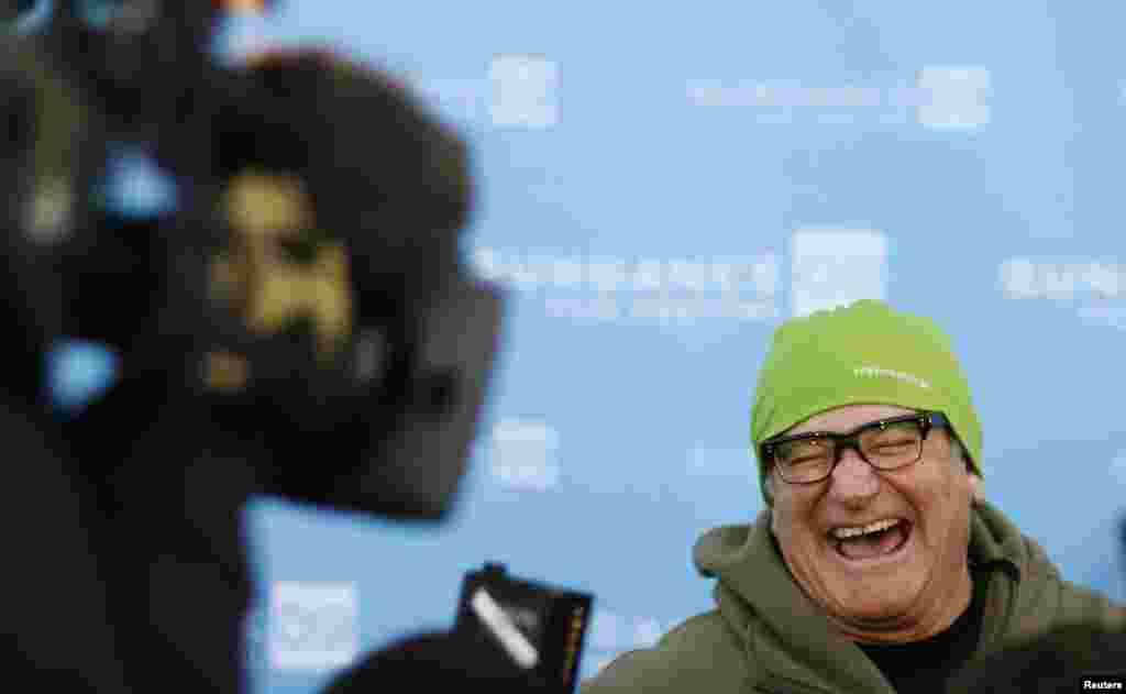 "Actor Robin Williams arrives at the premiere of the film ""World's Greatest Dad"" during the Sundance Film Festival in Park City, Utah, Jan. 18, 2009."