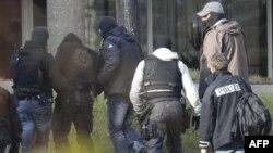 Một người Ðức bị tình nghi thuộc nhóm cực hữu (thứ nhì từ trái) bị bắt và áp giải đến tòa án liên bang ở Karlsrule, Ðức hôm 24/11/11.