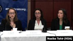 Allison Gill, Markaziy Osiyo bo'yicha ekspert, Nina Lonskaya va Oygul Bekjonova, Muhammad Bekjonning rafiqasi va qizi Kongress qoshidagi brifingda. 17-aprel, 2015-yil.