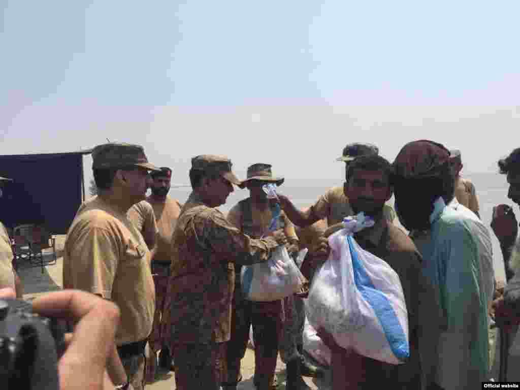 پاکستانی فوج کے اہلکار متاثرہ علاقوں میں امدادی کاموں میں سرگرم ہیں۔