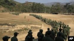 Pemberontak Kachin melakukan latihan militer di Burma utara (foto; dok).