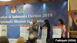 Komisi Pemilihan Umum (KPU) menggelar sosialisasi Pemilihan Umum 2019 di hadapan 170 duta besar asing dan pimpinan organisasi internasional, Selasa (2/4). (Foto: VOA/Fathiyah)