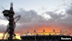 Sân vận động Olympic và Tháp Obit trong Công viên Olympic ở Stratford, nằm về hướng đông thủ đô London