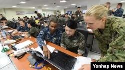 을지프리덤가디언(UFG) 연습에 참여한 미·한 해군 장병이 지난 23일 한국 해군작전사령부 연습상황실에서 훈련하고 있다.