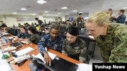 지난 2016년 8월 '을지프리덤가디언(UFG)' 미-한 연합훈련에 참가한 양국 장병들이 한국 해군작전사령부 연습상황실에서 훈련하고 있다. (자료사진)