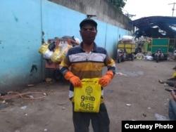 Petugas sampah sangat rentan terpapar virus corona karena berhadapan dengan sampah infeksius. (Courtesy:Shendi/YPBB)