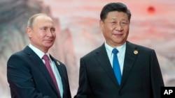 今年6月,普京在中國青島出席了上合組織峰會與中國國家主席習近平會面。