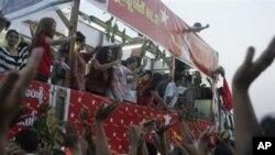 缅甸名人在全民联竞选造势活动中登台献艺(2012年3月31日)