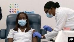 14일 미국 뉴욕주 퀸스보로의 한 병원에서 간호사가 화이자-바이오엔테크 신종 코로나바이러스 백신을 맞고 있다.
