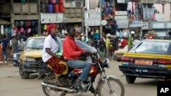 Un moto-taxi passe devant le marché Mokolo à Yaoundé, Cameroun, le 11 octobre 2018. (AP Photo/Sunday Alamba)
