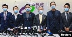 اعضای «حزب مدنی» در یک کنفرانس خبری پس از رد صلاحیت ۱۲ نامزد دموکراسی خواه داوطلب شرکت در انتخابات شورای قانونگذاری هنگ کنگ. ۳۰ ژوئیه ۲۰۲۰