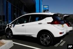Un vehículo eléctrico Chevrolet Bolt se ve en Stewart Chevrolet en Colma, California, Estados Unidos, el 3 de octubre de 2017.