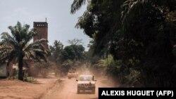 Des casques bleus de la MINUSCA patrouillent devant la cathédrale de Bangassou le 3 février 2021, un mois après une attaque des rebelles.