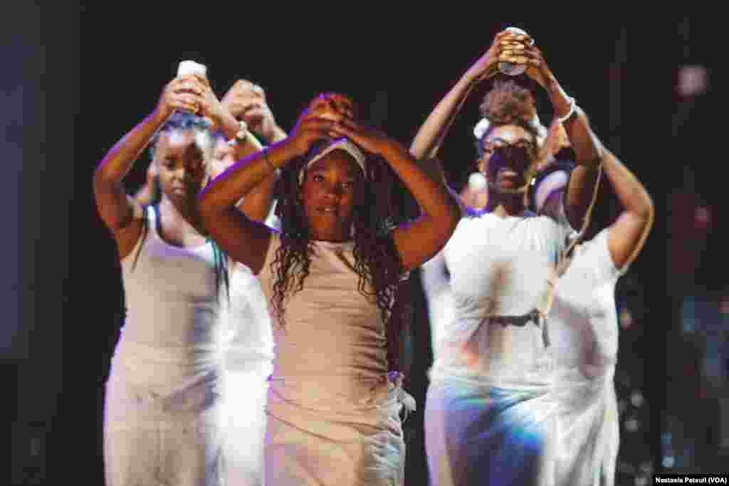 Le festival a organisé une danse sacrée en l'honneur de Baba Chuck Davis, décédé deux semaines avant le festival, à Washington D.C., le 5 juin 2017. (VOA/Nastasia Peteuil)