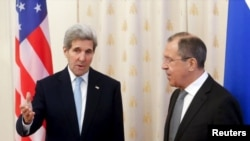 Menteri Luar Negeri John Kerry (kiri) dan Menteri Luar Negeri Rusia (kanan).
