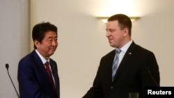 아베 신조(왼쪽) 일본 총리와 위리 라타스 에스토니아 총리가 12일 탈린에서 공동 기자회견 직후 악수하고 있다.
