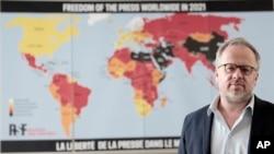 Christophe Deloire, šef RSF-a (Reporteri bez granica) stoji ispred mape slobode medija za 2021. godinu u Parizu, Francuska, utorak, 20. aprila 2021. godine.