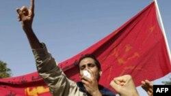 """1 người hô to: """"Chúng tôi muốn công lý!"""" trong 1 cuộc biểu tình bên ngoài tòa nhà quốc hội tại Tunis, 22/11/2011"""