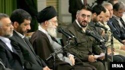 آیت الله خامنه ای از فرج الله سلحشور (سمت راست رو به دوربین با عینک) قدردانی کرد