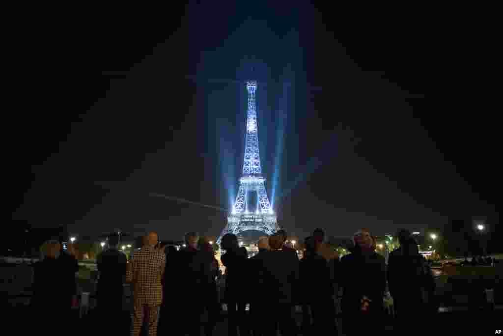 អគារ Eiffel Tower ត្រូវបានបំភ្លឺដោយពណ៌នៃយុទ្ធនាការ «Fashion loves Paris» នៅអំឡុងកម្មវិធី Paris Fashion Week នៅប្រទេសបារាំង។