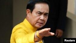 រូបឯកសារ៖ នាយករដ្ឋមន្ត្រីថៃ Prayuth Chan-ocha នៅពេលលោកមកដល់អាគារខុទ្ទកាល័យដើម្បីជួយជាមួយមន្ត្រីរដ្ឋាភិបាលប្រចាំសប្តាហ៍ កាលពីខែឧសភា។