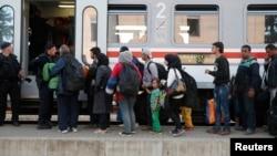 移民在克罗地亚托瓦尔尼克火车站排队等候上车。 (2015年9月22日)