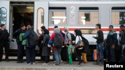 Migrants line up to board a train at the railway station in Tovarnik, Croatia, Sept. 22, 2015. More than 30,000 migrants, many of them Syrian refugees, have entered European Union member Croatia from Serbia since a week ago.