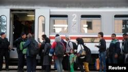 Người nhập cư xếp hàng lên tàu tại nhà ga ở Tovarnik, Croatia, ngày 22/9/2015. Gần nửa triệu di dân, 40% là người Syria, đã vượt Ðịa trung hải trong năm nay, để trốn chạy chiến tranh và nghèo đói ở Trung Ðông, đi tìm một cuộc sống sung túc hơn ở Châu Âu.
