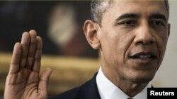 Tổng thống Hoa Kỳ Barack Obama tuyên thệ nhậm chức trước Chánh án Tối cao Pháp viện John Roberts.