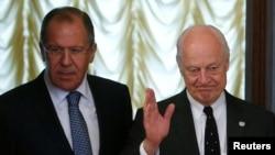 Ngoại trưởng Nga Sergei Lavrov (trái) and đặc sứ Liên Hiệp Quốc cho Syria Staffan de Mistura trong cuộc gặp gỡ ở Moscow, Nga, ngày 3 tháng 5 năm 2016.