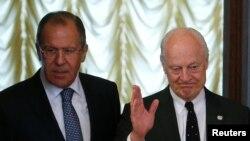 俄罗斯外长拉夫罗夫(左)与联合国叙利亚问题特使德米斯图拉在莫斯科会晤。(2016年5月3日)