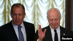 Menteri Luar Negeri Rusia Sergei Lavrov (kiri) bersama utusan PBB Staffan de Mistura di Moskow, Rusia (3/5).
