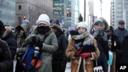 2016年2月13日纽约街头严寒下的路人。