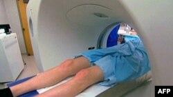 Manje invazivna procedura - virtuelna kolonoskopija radi se pomoću ket-skena koji propušta rendgenske zrake kroz abdomen pacijenta