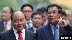 រូបឯកសារ៖ លោកនាយករដ្ឋមន្ត្រី ហ៊ុន សែន (ស្តាំ) និងលោក ង្វៀន សួនហ៊្វុក (Nguyen Xuan Phuc) នាយករដ្ឋមន្ត្រីនៃសាធារណរដ្ឋសង្គមនិយមវៀតណាម នៅវិមាននាយករដ្ឋមន្ត្រីវៀតណាម នៅទីក្រុងហាណូយ កាលពីថ្ងៃទី២០ ខែតុលា ឆ្នាំ២០១៦។